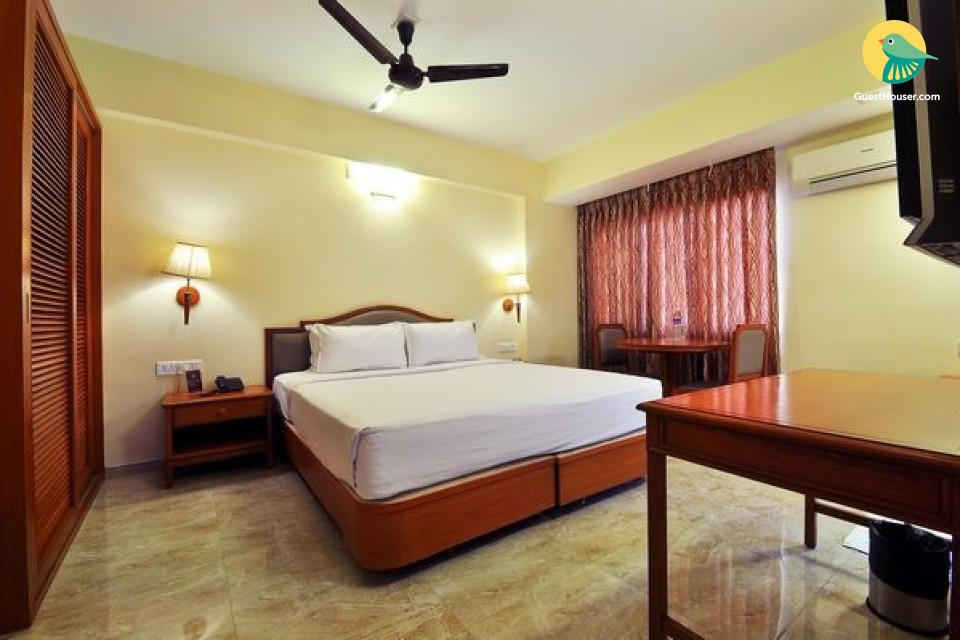 Well-appointed room, near Railway Station