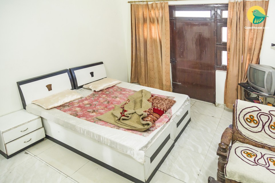 Comfy stopover for three, close to airport