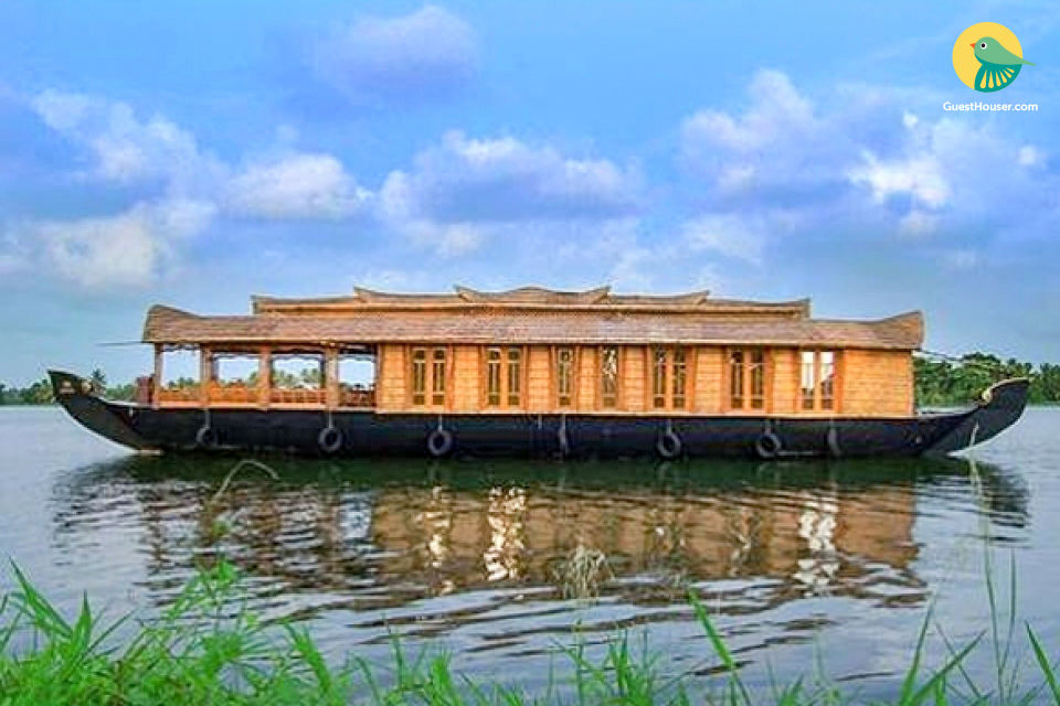 Picture-perfect 2-BR houseboat for a family