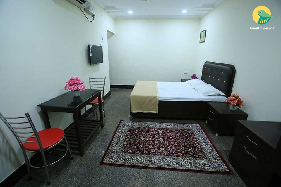 Commodious room for 2, near Chennai Railway Station