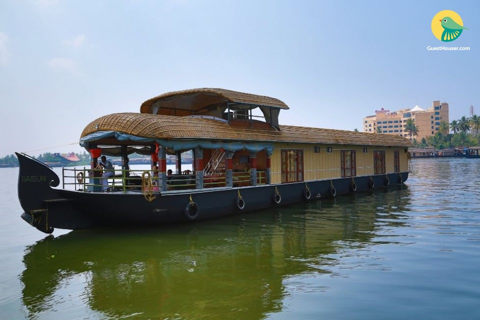 Tranquil houseboat for a relaxing vacation