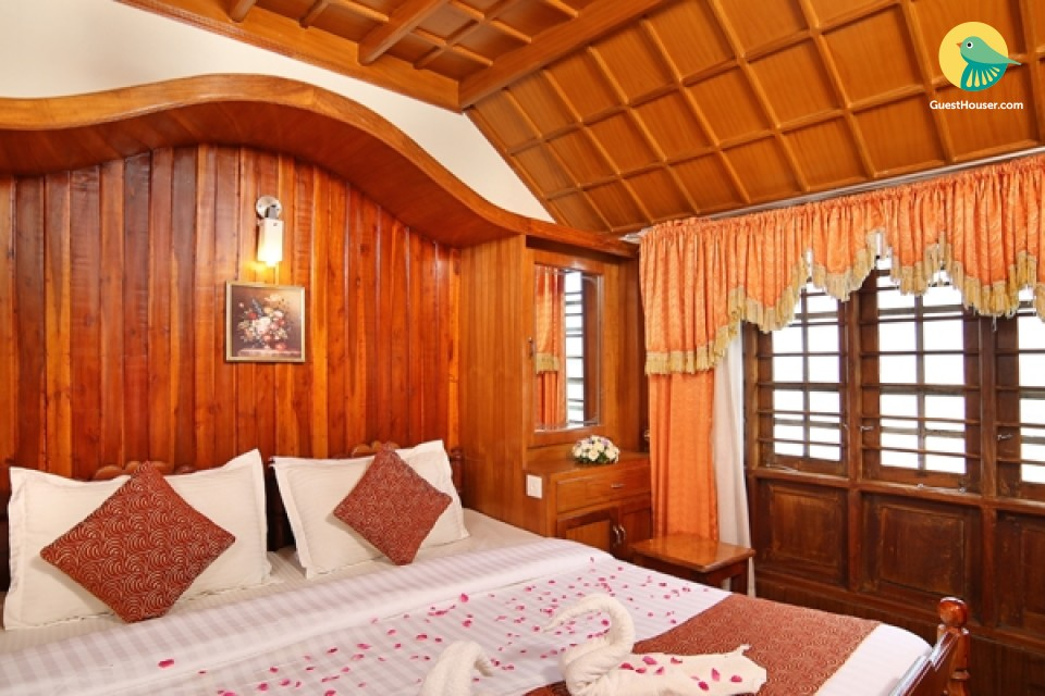 Stately Room In Luxurious Houseboat