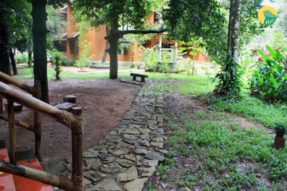 6 Bedrooms in Courtyard Homestay with Lush View and Rustic Lawn