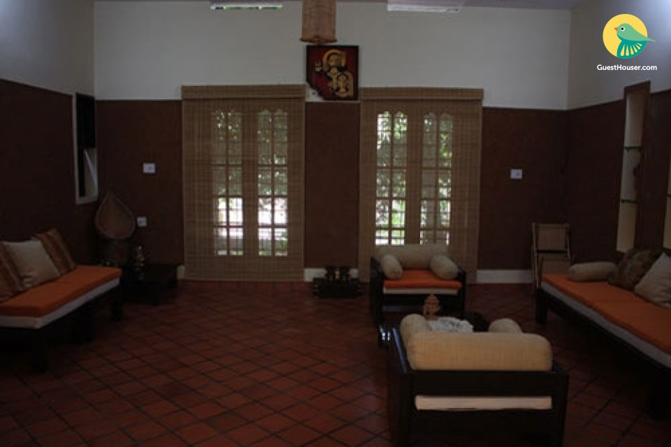 Spacious Room in Courtyard Homestay with Lush View and Rustic Lawn