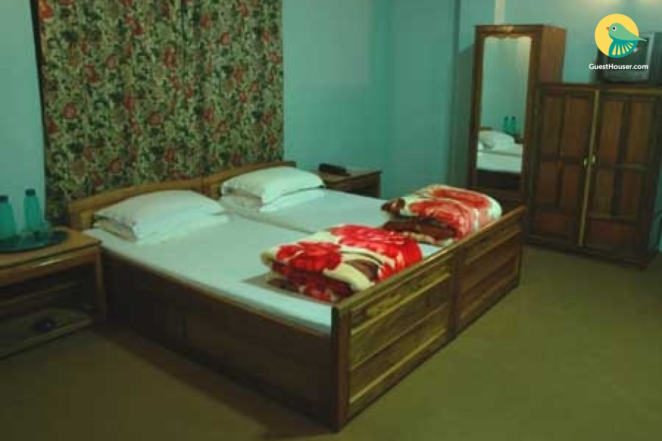 Cosy room for three, close to M. G. Marg