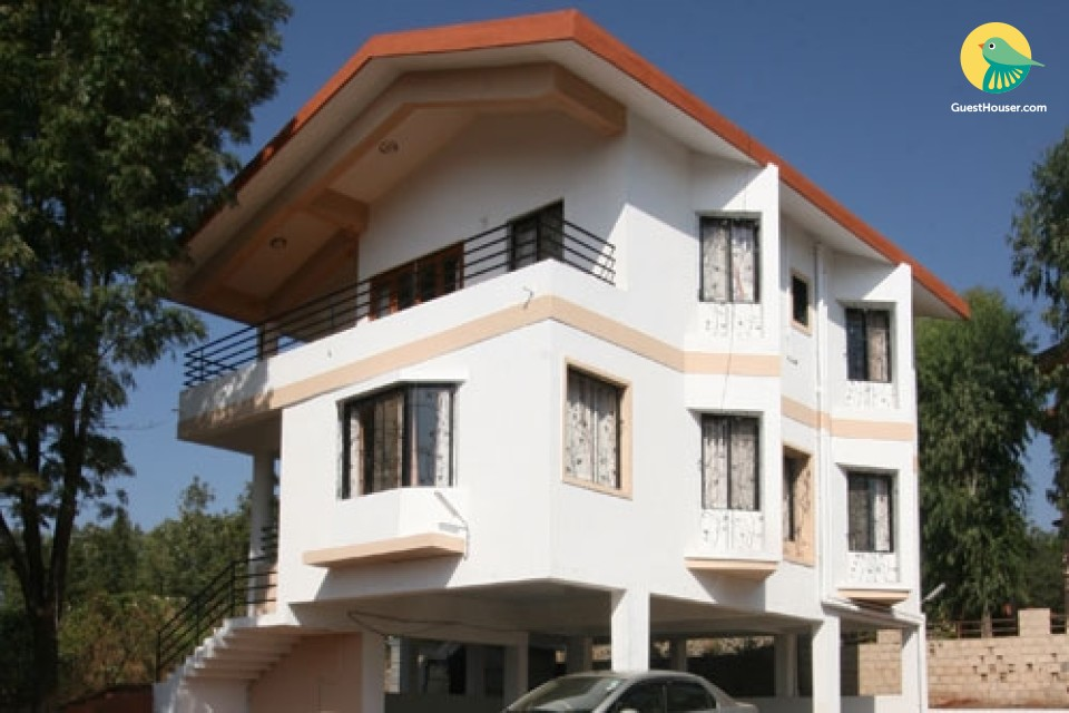 Chic 3-BR bungalow for a large group, close to Bhilar Waterfall