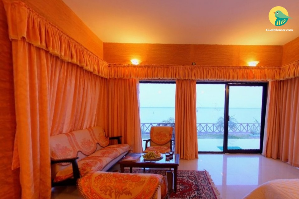 Spacious Deluxe Suite in Rustic Cottage with Backwaters View