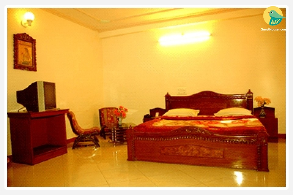 Well-furnished room, ideal for a small group
