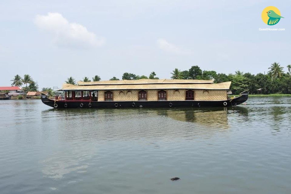 Gorgeous 4-BR houseboat, ideal for a large group