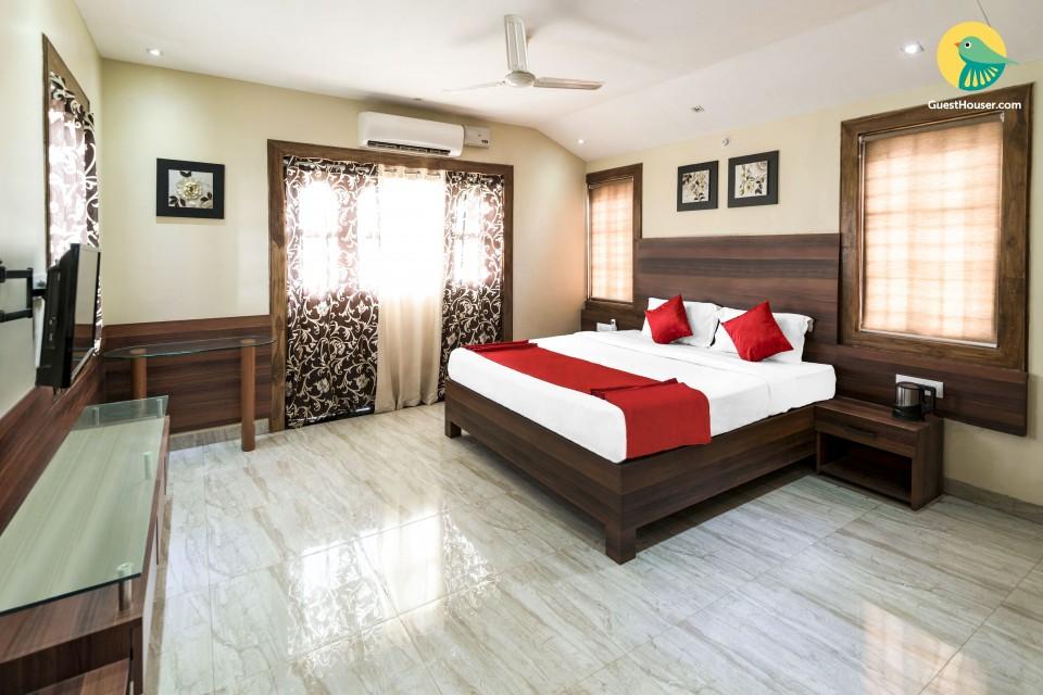 Elegant 4-bedroom pool villa, in proximity to popular beaches