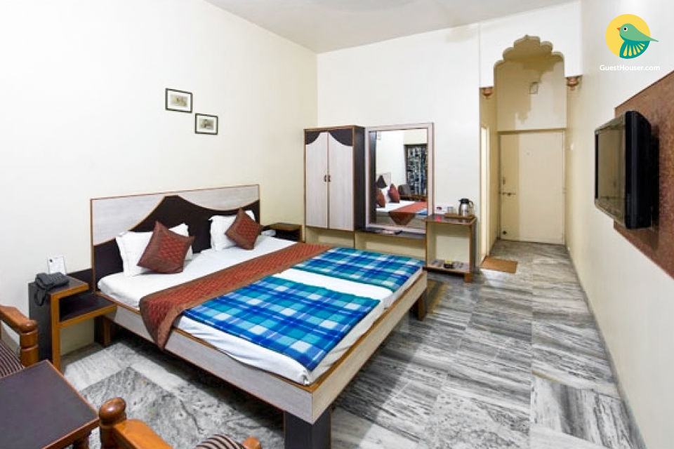 Well-furnished room for 3, ideal for business travellers