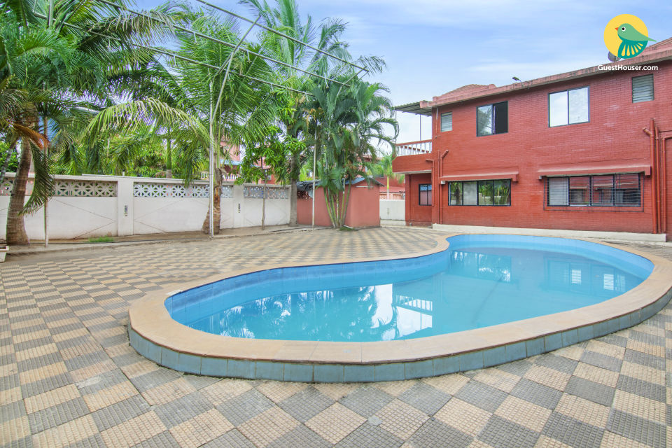 Elegant 1 BHK with a pool, 3.7 km from Karla Caves