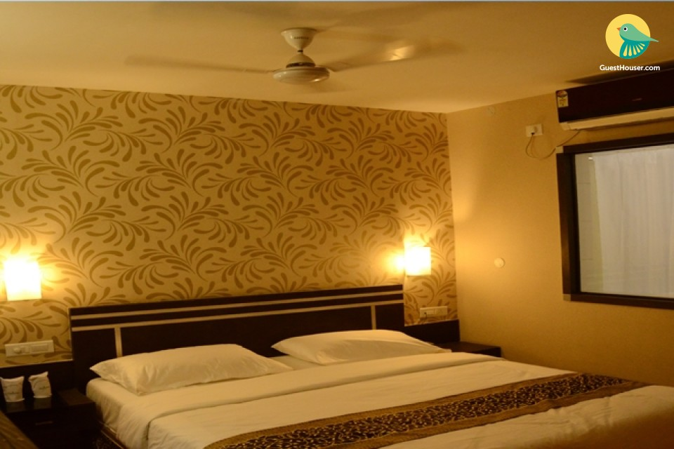spacious & vibrant room to stay