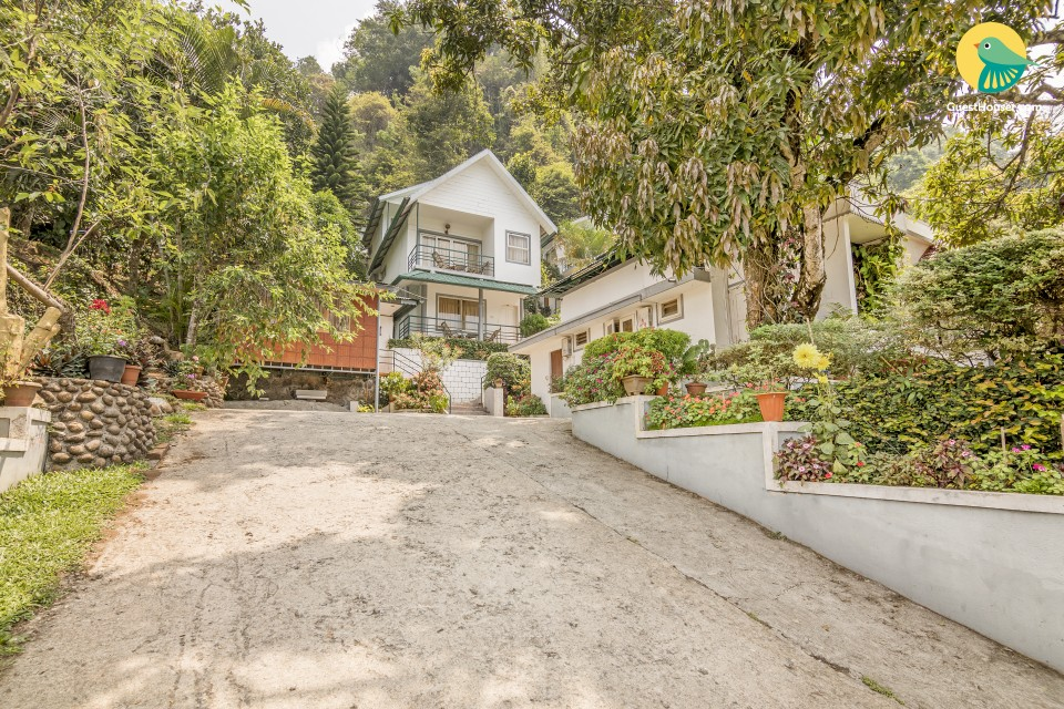 Cottage retreat amid lush foliage, for those seeking serenity