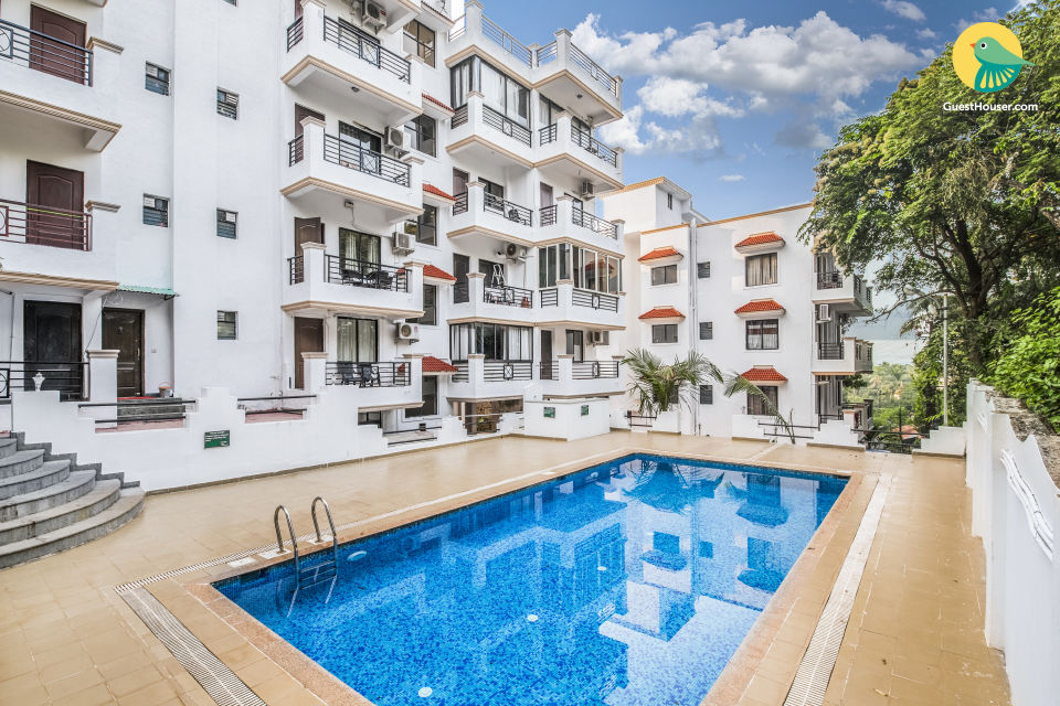 Elegant 2 BHK with a pool, 1.7 km from Vagator Beach
