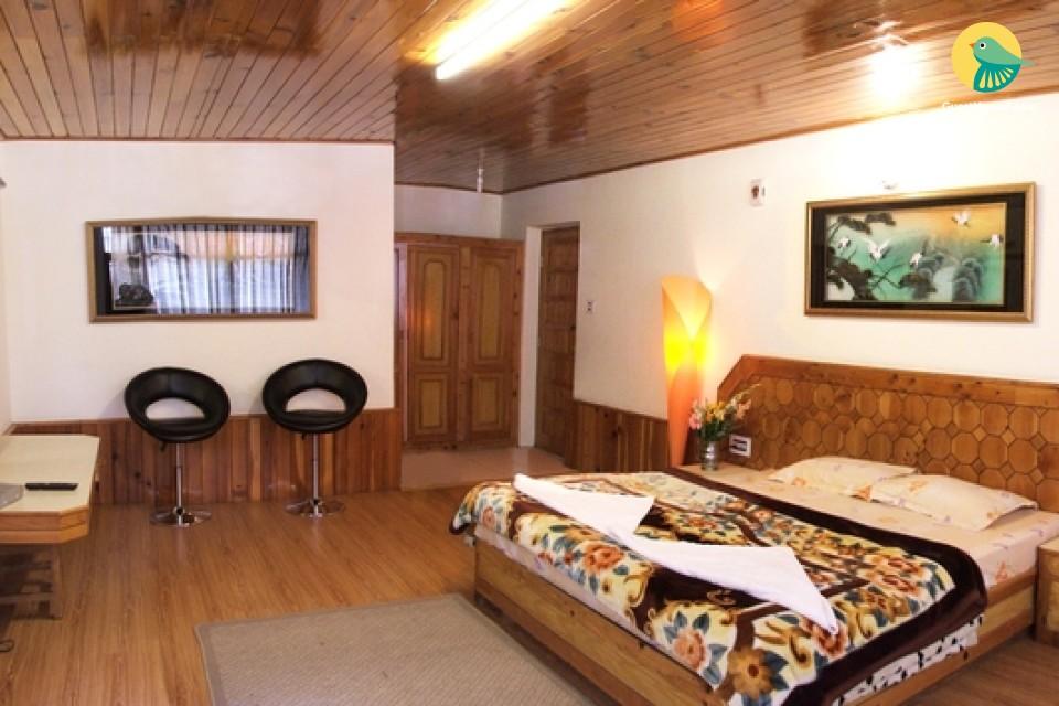 Cosy 10-Bedroom Garden Cottage