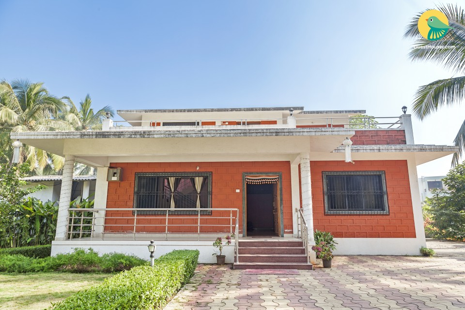 Peaceful 5-BR cottage with a pretty lawn, 1 km from Nagaon Beach