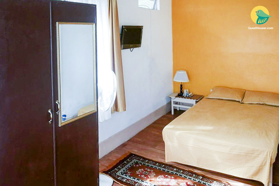 Vibrant room for 3, ideal for backpackers
