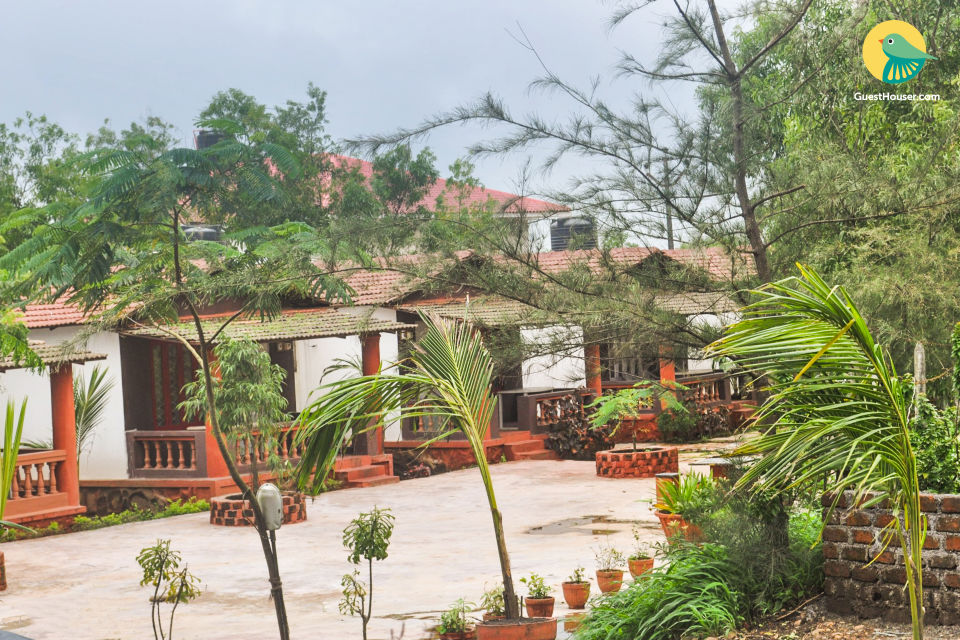 Comfy stay with a pool, near Karla Caves