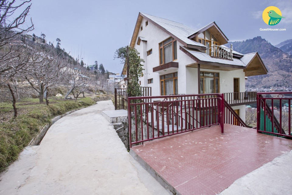 Chalet-style 4-BR family cottage, 450 m from Manali Bazaar