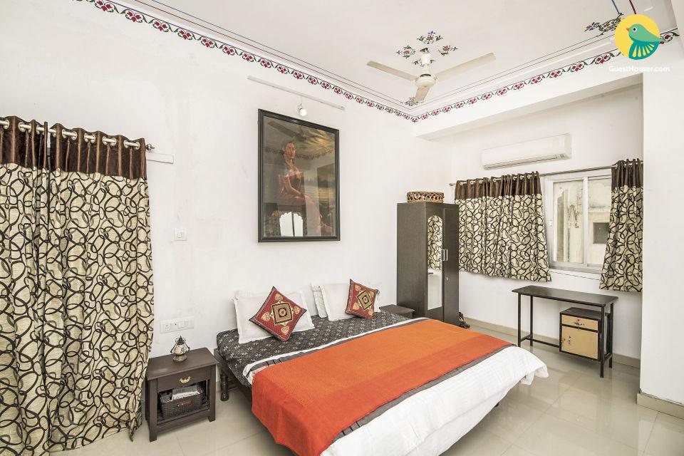 Lake-facing room, 200 m from Jagdish Temple