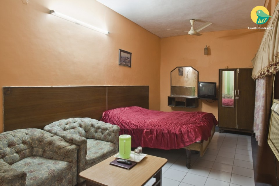 Well-furnished room for three, ideal for business travellers
