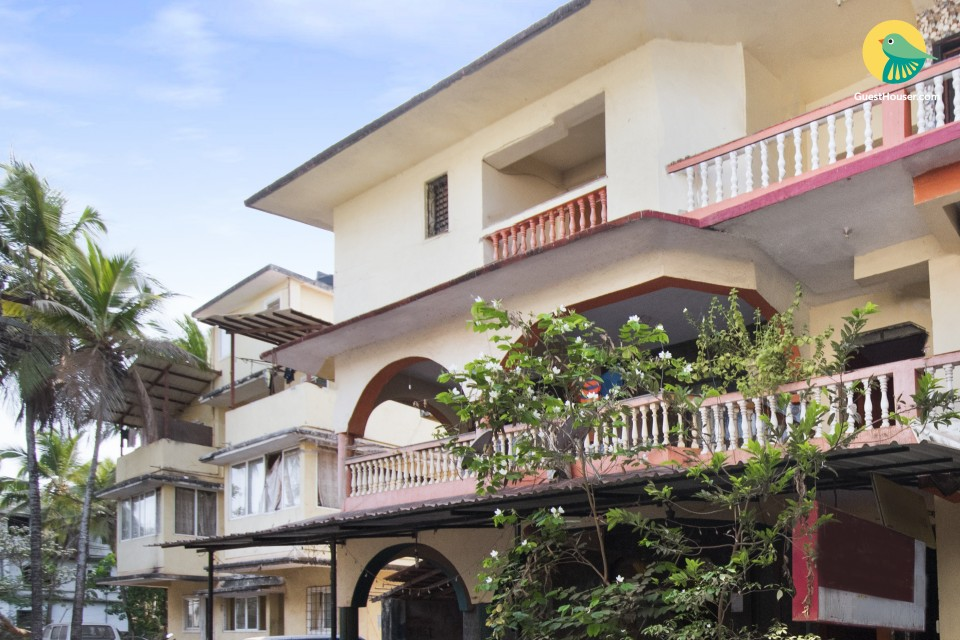 Restful 2-BR stay for friends, 1.1 km from Candolim Beach