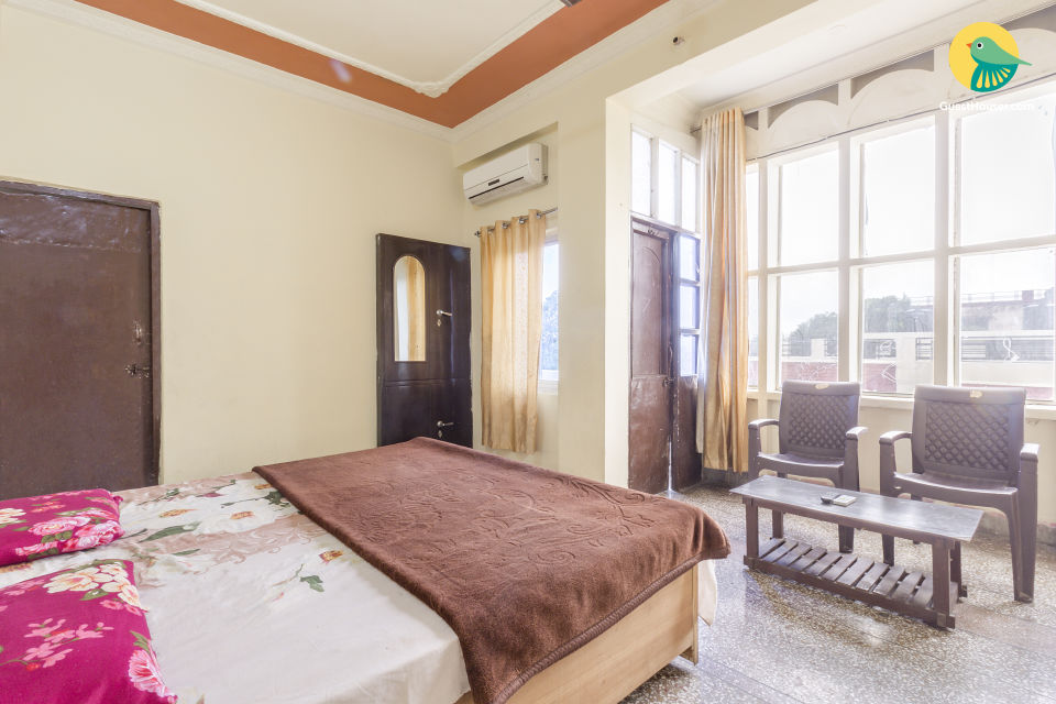 Well-furnished room for two, 1.2 km from Rishikund