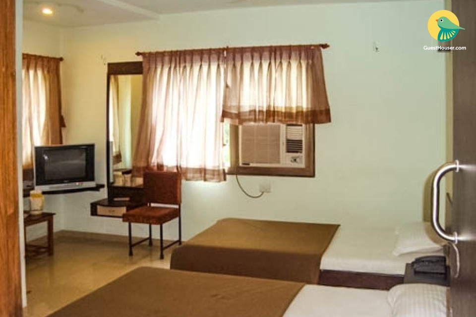 Budget guest house room close to the airport
