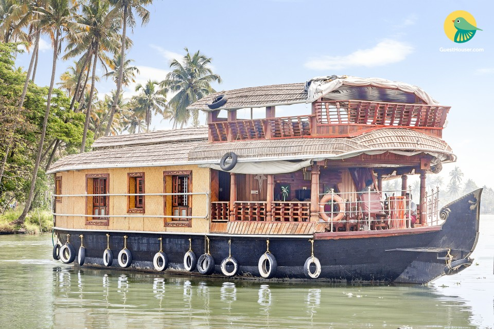 Homely 2-BR houseboat for a much-needed family vacation