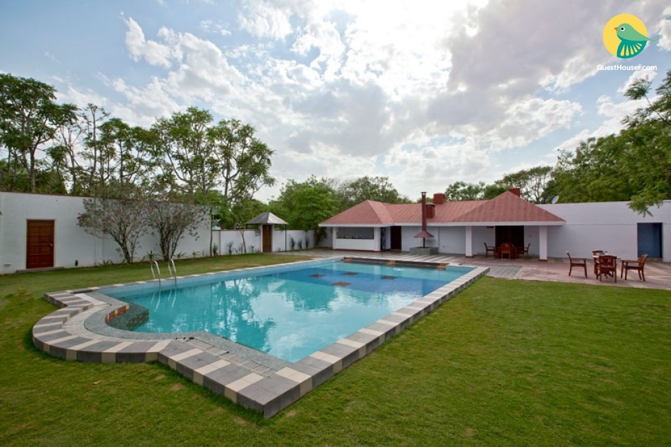 Traditionally furnished room with a pool, ideal for a romantic getaway