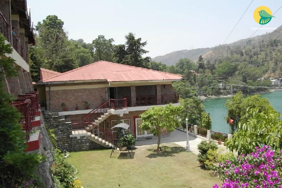 Lake-facing cottage 3