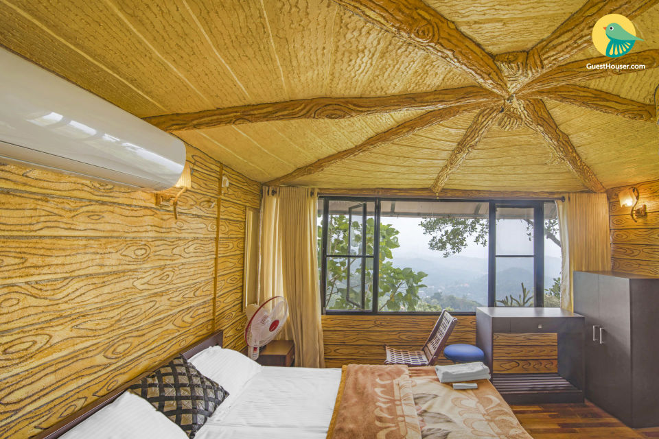 Well-appointed 1-BR tree house with a hilly view