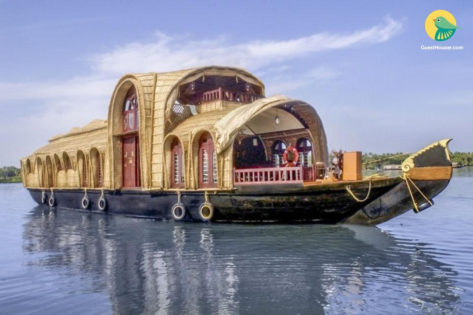 Elegant 2-BR houseboat, ideal for a rejuvenating family vacation