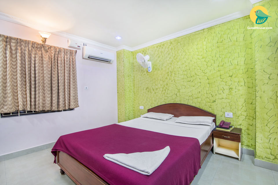 Well-appointed room with a terrace dining area, ideal for backpackers