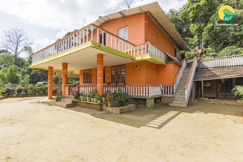 Comfy 3-BR stay for a group vacation, amidst lush greenery