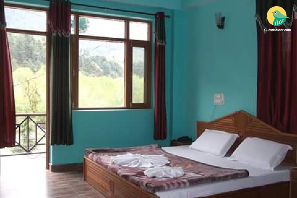 Pet-friendly room with a view, close to Beas River