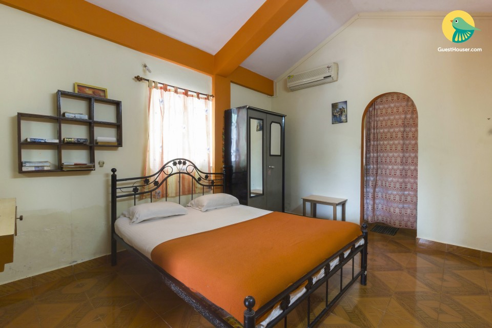 Capacious room in an apartment, at a walking distance from Baga Beach