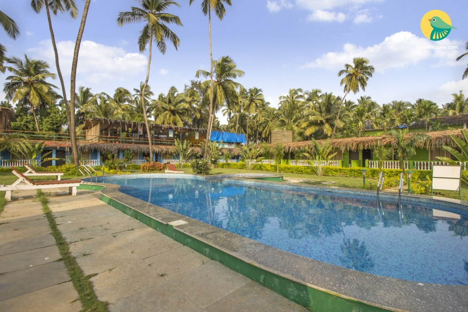 Spacious single room with a shared pool, spa, and yoga area, 800m from Morjim beach