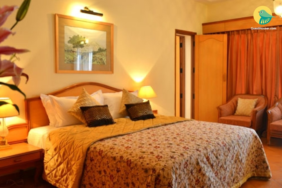 Boutique room in Cortalim with swimming pool and gym