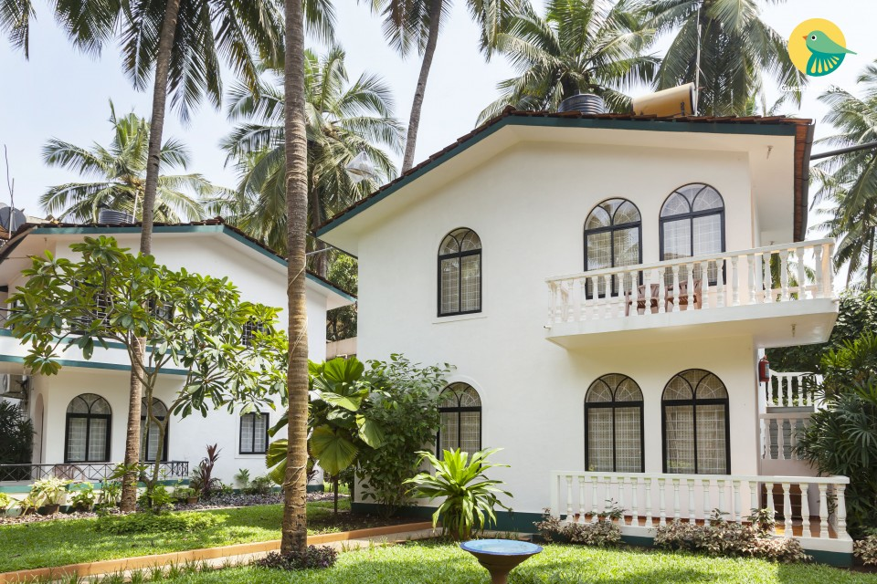 Family room in a villa with a pool, 900 m from Candolim Beach
