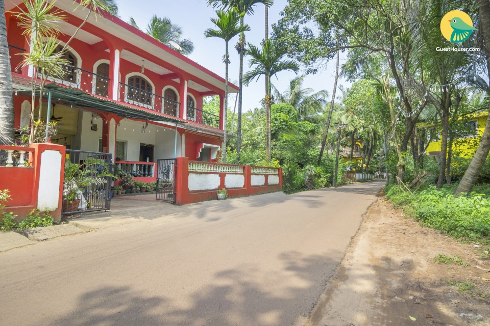 Homely stay for backpackers, 3.4 km from Candolim Beach