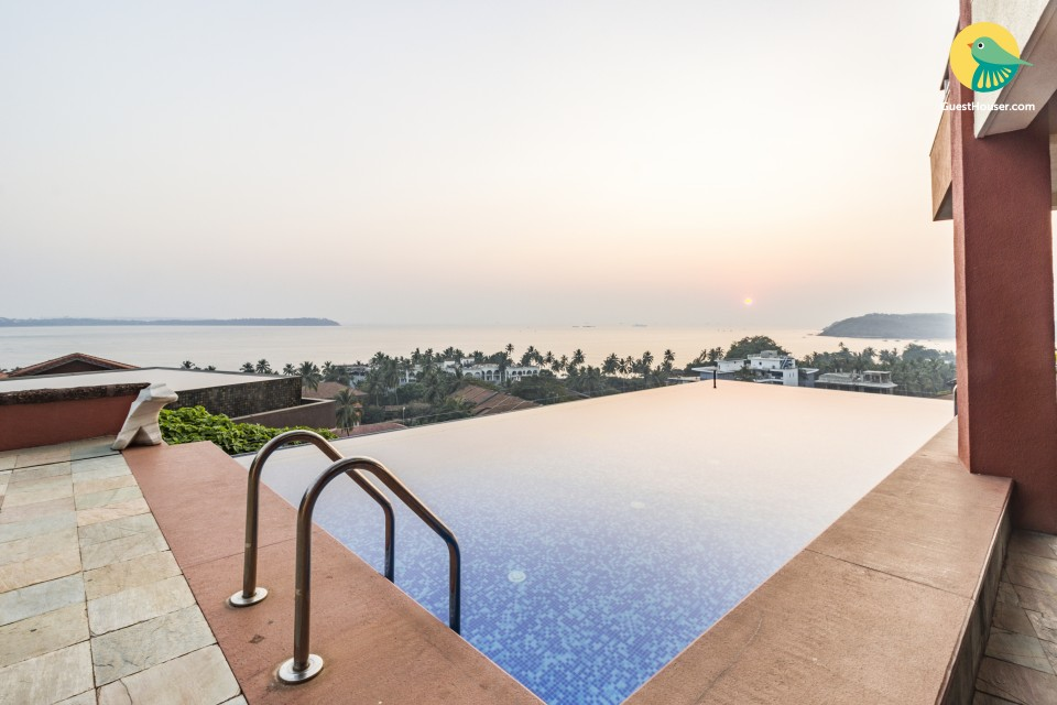 Swanky 5-BR villa with an infinity pool, 1.3 km from Candolim Beach