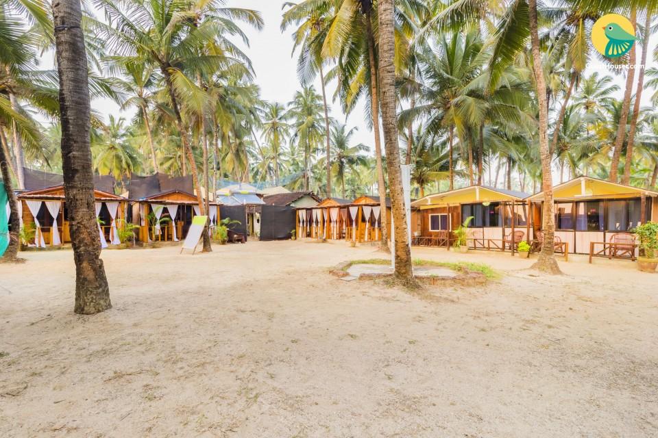 Beach-facing rustic hut, 2.2 km from Patnem beach