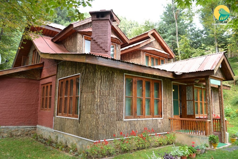 4BR Pinewood Cottage on Flower Meadow