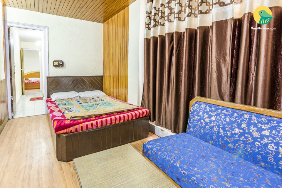 Well-furnished room for three, 350 m from The Ridge