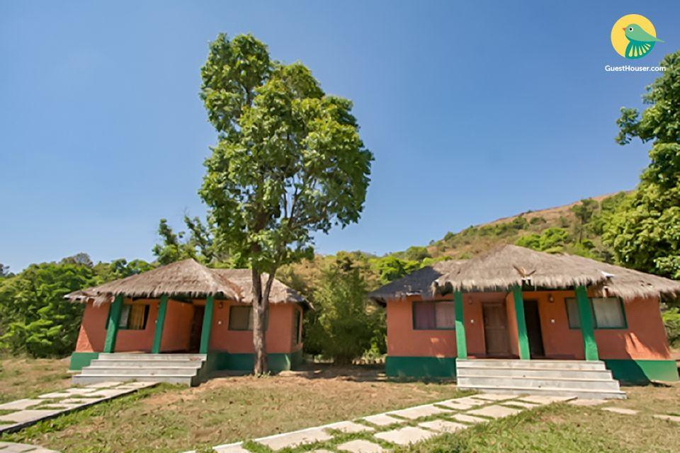 Cottage retreat amid lush foliage, near Manjarbad Fort