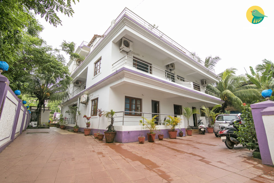 Well-appointed room for three, close to Morjim Beach
