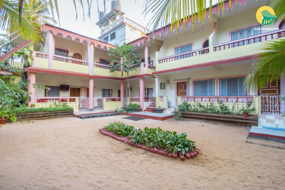 Well-furnished room for 2, 850 m from Candolim Beach