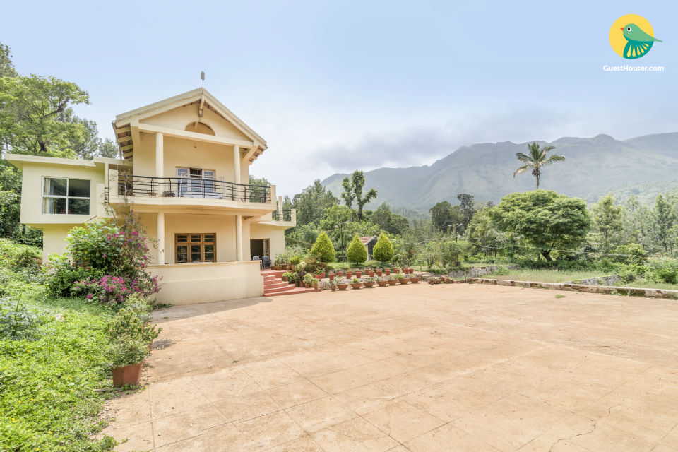 5-BR homestay with a hilly view